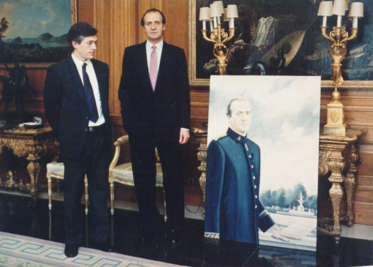 King Juan Carlos and Claude Buckley pose next to a portrait of the king
